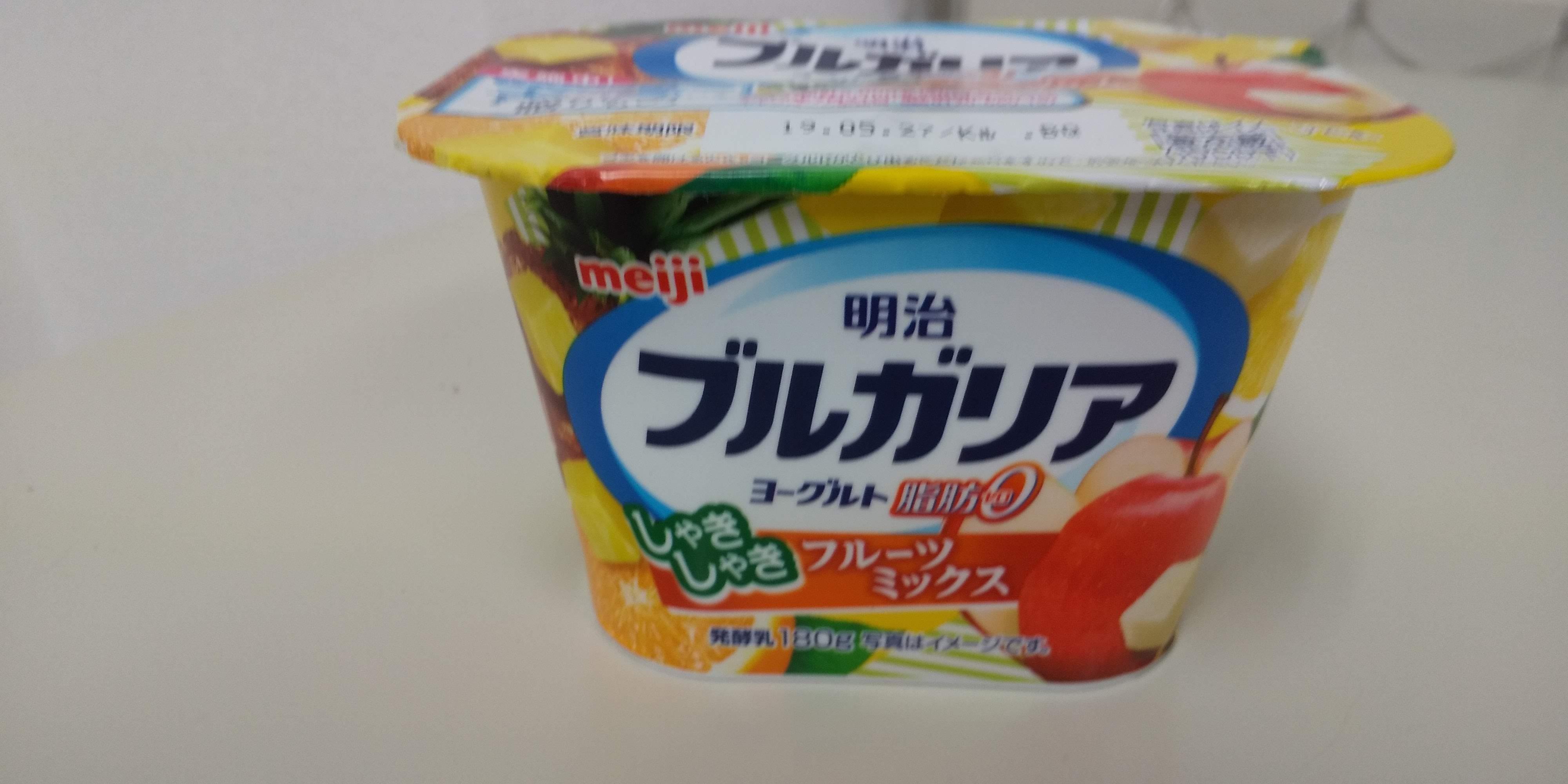 明治ブルガリアヨーグルト脂肪0「しゃきしゃきフルーツミックス180g」の画像